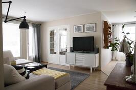 tilava olohuone, josta on käynti hulppealle terassille/pihalle
