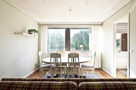 Erillisen kaksion olohuone ruokailupaikalla