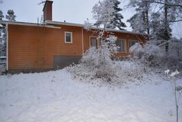 Talo on pienen mäen päällä. Kuva takapihalta.