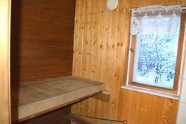 Saunassa on ikkuna sekä puu- että sähkökiuas.