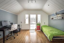 Toinen yläkerran makuuhuoneista varustettu ranskalaisella parvekkeella.