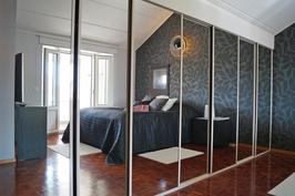 yläkerran iso makuuhuone omalla parvekkeella