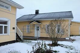 Pieni talo ison talon vieressä