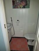 alakertaa, ph:n yhteydessä oleva wc