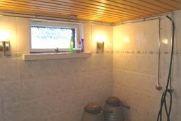Kellarikerroksen kylpyhuoneessa myös luonnonvaloa!