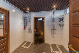 Tilava pesuhuone, jossa kaksi suihkua