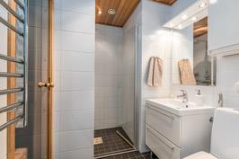 Kylpyhuone, wc ja pesutilat.