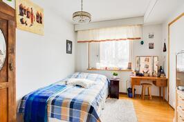 Alakerran makuuhuone on varustettu vaatehuoneella