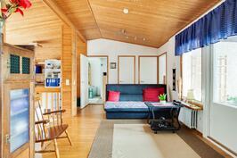 Poikkeava huonekorkeus ja viisto katto lisäävät tilan avaruutta entisestään