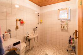 Kylpyhuoneessa on lattialämmitys
