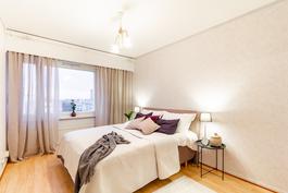 Iso makuuhuone / Stort sovrum