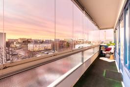 6. kerroksen näkymät lasitetulta parvekkeelta / Utsikter på 6. våning från inglasad balkong