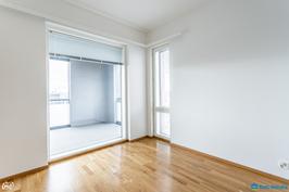 Makuuhuone 1:ssa ikkunoita kahteen suuntaan
