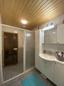 Kylpyhuoneessa sauna ja suihku