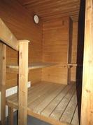 kellari kerroksessa on pesuhuone ja sauna