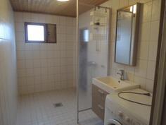 Kylpyhuone on iso ja tilava