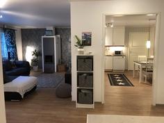 Näkymä makuuhuoneilta olohuonetta ja keittiötä kohti