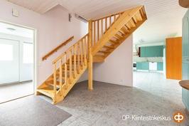 Alakerran eteisaulaa ja portaat yläkertaan