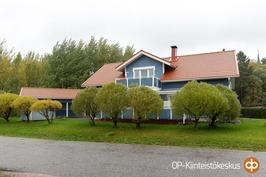 Komea talo ja talousrakennus Kirkonmäellä