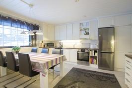 Kodikas moderni keittiö