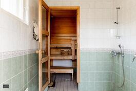Rantasaunan kylpyhuone ja saunatila