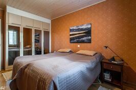 Isommassa makuuhuoneessa n. 13 m2.kaapistojen ovissa peilit