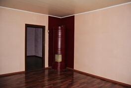 Keskikerroksen pihan puoleinen huone, pönttöuunissa sähkövastukset.