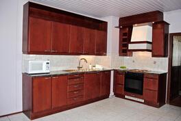 Keittiö on remontoitu v. 1998, integroitu astianpesukone.