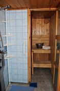 Kellarikerroksen pesuhuone ja sauna (sähkökiuas).
