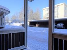 Näkymä ulko-oven katokselta. Autopaikka 4. vasemmalta.