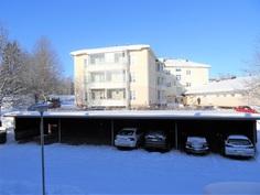 Ikkunanäkymä makuuhuoneesta pohjoiseen. Autopaikka neljäs vasemmalta.