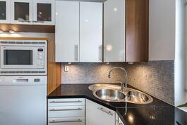 Keittiön kodinkoneiden sijoittelussa on otettu huomioon niiden käytön helppous