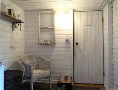 Kellarikrs. pukuhuone. Ovi saunaan ja pesuhuoneeseen.