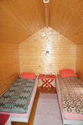 Vierasmajaan mahtuu hyvin kaksi sänkyä