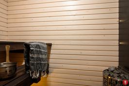 Yläkerrassa tunnelmallinen sauna