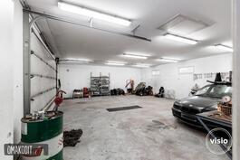 Erillinen lämmin 97,5m² autotallirakennus.