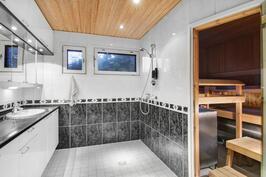 Isompi kylpyhuone/kodinhoitohuone