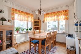 Valoisa ruokailutila nurkkaikkunoiden ansiosta/ Ljus matbordsplats tack vare hörnfönstren
