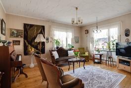 Olohuoneessa on puulattia/ Trägolv i vardagsrummet