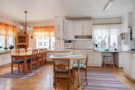 Väliseiniä poistamalla saatu avara keittiö/ ruokailutila// Mellanväggar borttagna