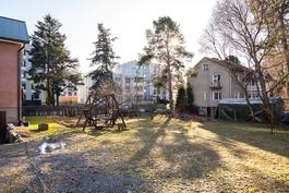 Talo omalla1099 m2 tontilla/ Huset finns på egen 1099 m2 tomt.