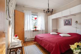 Tässä alakerran makuuhuoneessa myös puulattia/ Trägolv även i detta bedre vån. sovrum
