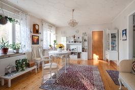 Övre våningens vardagsrum eller härligt rymligt sovrum, med sina klädrum på sidorna.