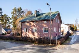 Talossa maalämpö ja tehty katto- ja salaojaremontti/ Bergsvärme, förnyat tak och dränering.