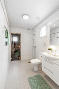 Siisti laatoitettu kylpyhuone