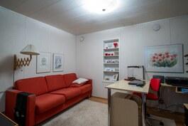 Askarteluhuone joka toimii myös työhuoneena.