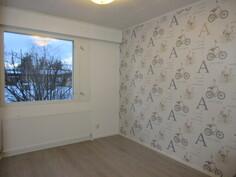 Kuvassa keskimmäinen juuri pintaremontoitu makuuhuone, jossa kaunis tehostetapettikuosit!