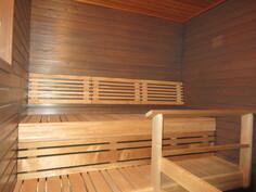 Saunaan juuri tehdyssä remontissa seinät on petsattu ja uudet lauteet ovat lämpökäs. tervaleppää!