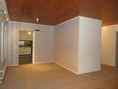 ... hulppeankokoisen olohuoneen sisäkatto on kaunista lämminhenkistä puupintaa!