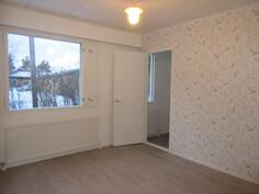 Makuuhuoneet on myös juuri pintaremontoitu ja isosta makuhuoneesta on käynti ...